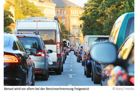 Vor allem durch Straßenverkehr wie von dieser stark befahrenen Straße gelangt viel Benzol in die Luft.