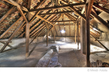 Dachböden wie dieser können durch belastetes Holz eine hohe Konzentration an Schadstoffen besitzen.