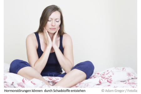 Eine Frau fühlt sich unwohl. So wie ihr geht es vielen: Zahlreiche Menschen leiden unter Hormonstörungen.