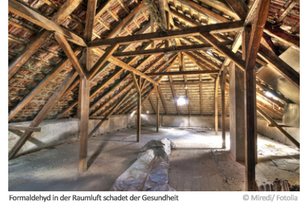 In einem Dachboden wie diesem kann unter anderen Formaldehyd die Raumluft schädigen.