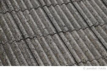 Asbest lässt sich oft auf den ersten Blick nicht erkennen, kommt aber häufig in Dachplatten wie diesen vor.