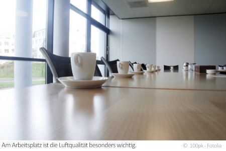 Dicke Luft im Konferenzraum? Schadstoffe am Arbeitsplatz können zahlreiche Beschwerden hervorrufen.