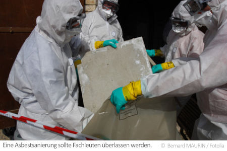 Fachleute entsorgen Asbest: Bei Dachböden mit Asbest bleibt oft nur eine professionelle Sanierung.