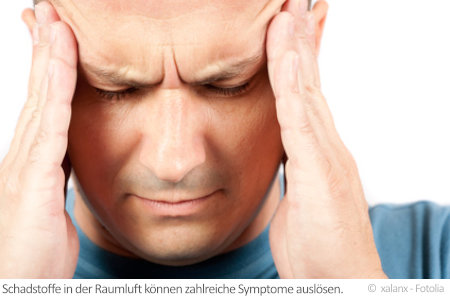 Neben Kopfschmerzen wie bei diesem Mann können zahlreiche weitere Symptome durch Wohngifte ausgelöst werden.