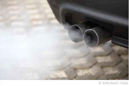 Autos geben zahlreiche Schadstoffe an die Luft in der Garage ab.
