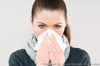 Frau putzt Nase-trockene Luft Büro